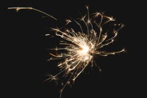 Foto por: Shopify Partners Imagem: sparkler-at-night https://burst.shopify.com